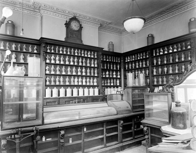 Late_19th_century_Chemist's_shop_Wellcome_M0019040.jpg